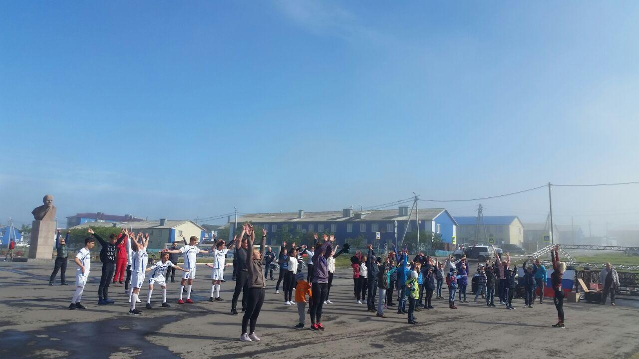 участники зарядки на площади